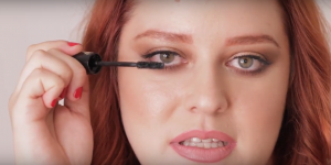 Pamela Segura probando máscaras de pestañas Lancôme