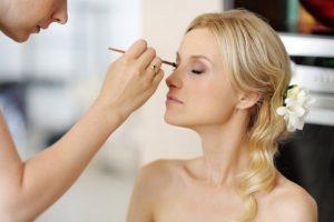 ¿Cómo conseguir que una clienta te contrate después de la prueba de maquillaje de novias?